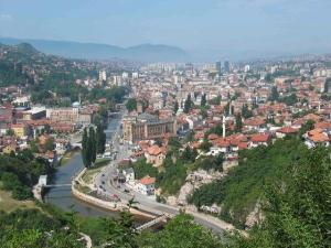 2117047-Sarajevo_sprawling_along_the_Miljacka_River-Sarajevo